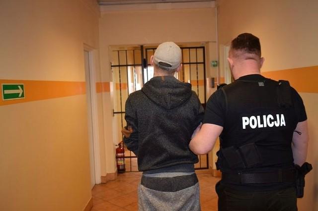 Policjanci z wydziału kryminalnego Komendy Powiatowej Policji w Chojnicach dowiedzieli się, że na terenie jednej z posesji ukradziono pieniądze z portfela z niezamkniętego samochodu stojącego na placu budowy. Policjanci dotarli do pokrzywdzonego, który potwierdził przedstawioną wersję wydarzeń przez policjantów i wycenił straty na kwotę 800 złotych. Stróże prawa sprawdzili, kto mógł dopuścił się kradzieży. - Po przeanalizowaniu dokładnie ustalonych informacji wytypowali mężczyznę, który mógł mieć związek z tym przestępstwem - informuje Justyna Przytarska, rzeczniczka chojnickiej policji. - Okazało się, że był nim jeden z pracowników, którzy pracowali w wynajętej firmie przez właściciela budowy. W piątek stróże prawa zatrzymali 26-latka i doprowadzili do Komendy.  Okazało się, że zatrzymany posiadał przy sobie narkotyki oraz, że był poszukiwany przez chojnicki sąd do odbycia kary ponad 10 miesięcy za przestępstwa narkotykowe. Zatrzymany  usłyszał już zarzuty kradzieży i za posiadanie narkotyków, do których się przyznał. Chojniczanin trafił do aresztu, gdzie zgodnie z decyzją sądu spędzi 10 miesięcy. Ponadto odpowie za przestępstwa w sprawie których usłyszał zarzuty. Grozi mu za nie kara do pięciu lat pozbawienia wolności. >> Najświeższe informacje z regionu, zdjęcia, wideo tylko na www.pomorska.pl