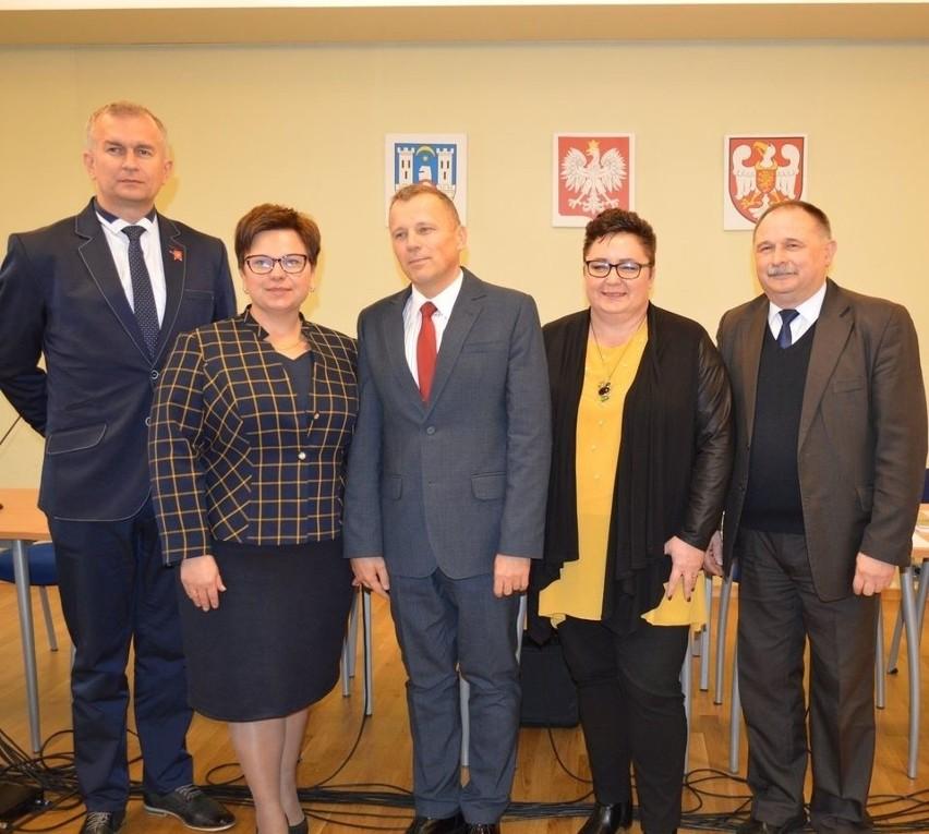 Po wyborach samorządowych z 2018 r. doszło do zmiany na stanowisku starosty średzkiego. Dotychczasowego - Marcina Bednarza, zastąpił Ernest Iwańczuk (w środku), członek lokalnego komitetu Nasze PSR i dziś - członek Platformy Obywatelskiej.
