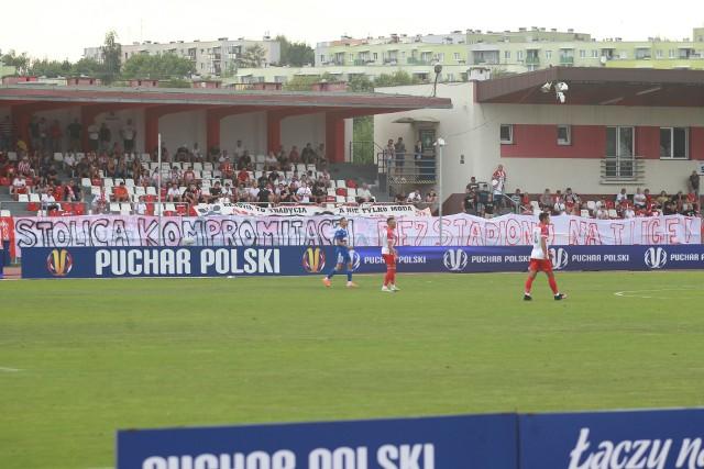 Na sobotnim meczu Pucharu Polski przy ul. Wyspiańskiego kibice Resovii wywiesili sporo mówiący transparent.