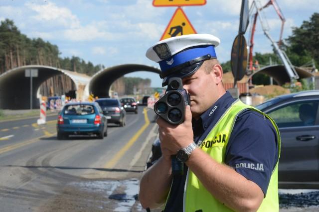 """Podczas akcji """"Prędkość"""" policjanci sprawdzali, czy kierowcy nie jadą zbyt szybko, a także kontrolowali ich stan trzeźwości i przestrzeganie innych przepisów ruchu drogowego"""