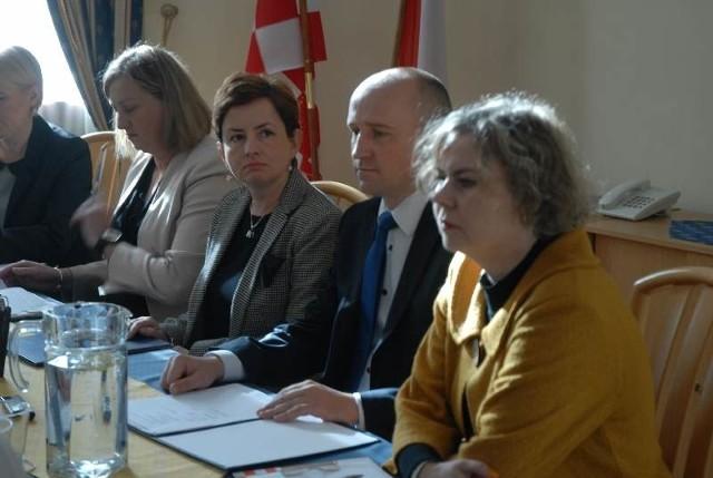 Katarzyna Rusak (w środku) została rektorem PWSZ we wrześniu.