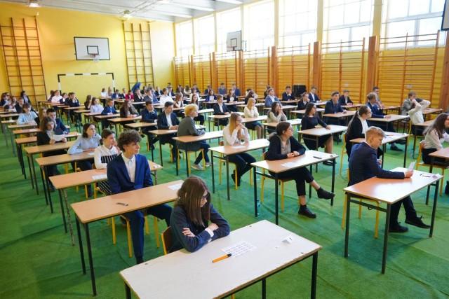 W całej Polsce trwa ostatni w historii egzamin gimnazjalny. Pierwsze zmagania uczniowie mają już za sobą a przed nimi jeszcze dwa dni testów. Te jednak odbywają się w atmosferze chaosu i niepewności spowodowanej strajkiem nauczycieli.