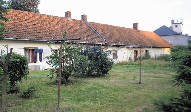 Dziewięć rodzin mieszka w dawnych czworakach przy dworze i w samym dworze, przerobionym na budynek socjalny. Na sześciohektarowym terenie jest łącznie kilkanaście budynków