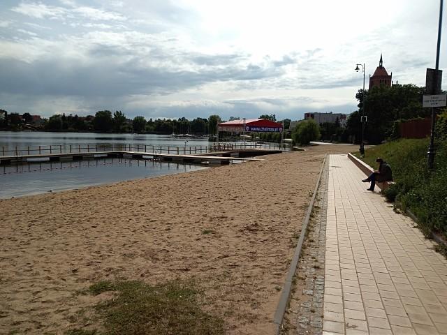 Policjanci znaleźli nieprzytomnego nastolatka w pobliżu chełmżyńskiej plaży
