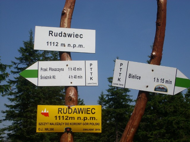Dolnośląskie góry to nie tylko wręcz zadeptywane ostatnio Śnieżka, czy Ślęża, a wielbiciele aktywnego wypoczynku naprawdę mają w czym wybierać.  Korona Gór Polski to zbiór 28 najwyższych szczytów polskich pasm górskich i masywów. Na Dolnym Śląsku leży aż 15 z nich! Są to góry zwykle stosunkowo łatwe, dostępne dla każdego, a ich zdobycie nie wiąże się z długimi wędrówkami. Wysokość 9 z nich nie przekracza 1000 metrów n.p.m. To idealny pomysł na weekendową wycieczkę we dwoje lub całą rodziną. Zobacz dolnośląskie szczyty warte odwiedzenia - posługuj się klawiszami strzałek, myszką lub gestami