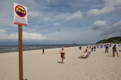 W sierpniu zeszłego roku na plaży pojawiły się znaki informujące o zakazie pływania. Kąpielisko było nim objęte przez niecałe dwa miesiące.