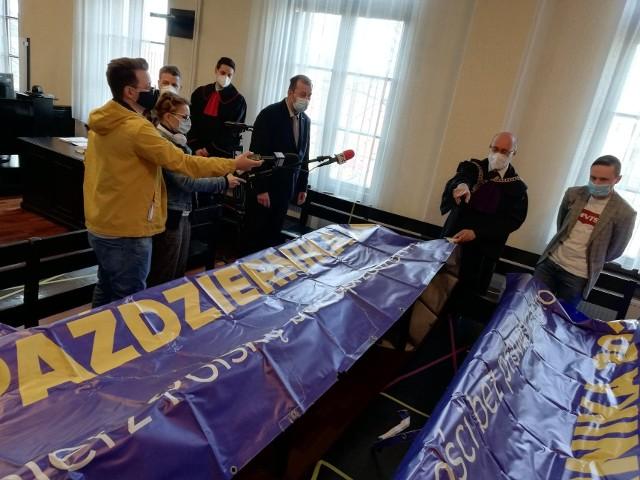 Baner, który został zdjęty z lawety wynajętej przez działaczy KOD-u, był prezentowany jako dowód rzeczowy w sądzie