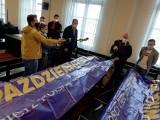 Bydgoski radny Bogdan Dzakanowski w sądzie. Jest oskarżony o kradzież baneru KOD-u