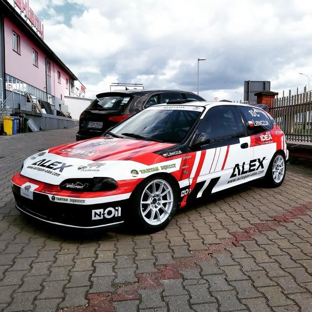 Ekipa białostockiego Świata Reklamy jeszcze w czwartek (20.05) oklejała wyścigową Hondę Civic Tomasza Lewczuka. Tak wyglądał samochód późnym popołudniem.