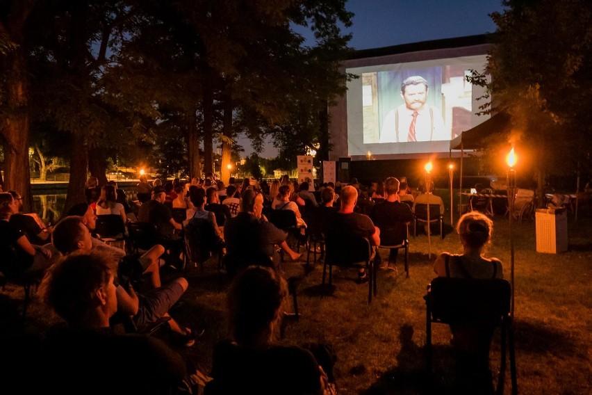 """Reżyserska dbałość o każdy szczegół Sergio Leone i dynamiczna muzyka Ennio Morricone sprawiły, że ten western został uznany za film artystyczny. I pomyśleć, że twórca spaghetti westernu początkowo chciał zatrudnić innego kompozytora. Mowa oczywiście o klasyce kina - filmie """"Za garść dolarów"""" z Clintem Eastwoodem w roli głównej, którego to projekcją organizatorzy festiwalu Przeźrocza oddali hołd niedawno zmarłemu mistrzowi  Ennio Morricone.  Uczestnicy pleneru, jaki w piątkowy wieczór (21 sierpnia) odbył się na półwyspie WSG nad Brdą, obejrzeli także polskie krótkie metraże: """"Człowiek, który zdemoralizował Hadleyburg"""" z 1967 r. oraz  """"Welcome Kirk"""" - dokument Marka Piwowskiego i Feriduna Erola o wizycie, także zmarłego niedawno, Kirka Douglasa w Łódzkiej Szkole Filmowej w latach 60. XX w.Głównym organizatorem wydarzenia było Stowarzyszenie Koloroffon."""