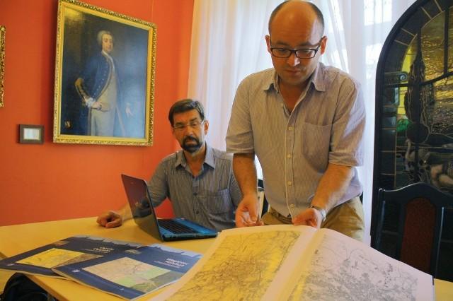 Dariusz Gierczak z Herder Institut prezentuje trzy pierwsze tomy atlasu. Czwarty będzie o Nowej Soli.