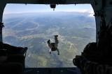 Ćwiczenia żołnierzy z jednostki NIL na Żywiecczyźnie. Skoki spadochronowe w górskim terenie ZDJĘCIA