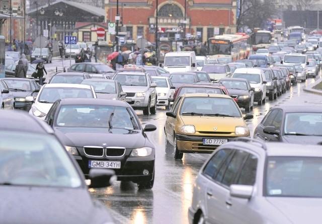 Starsze samochody (ponad 18-letnie z silnikiem Diesla i ponad 22-letnie z silnikiem benzynowym ) nie będą miały prawa wjazdu do żadnej z ekostref