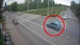 Ruda Śląska. Auto wystrzeliło jak z procy. Kierowca przeleciał nad przejazdem kolejowym i przebił się przez płot