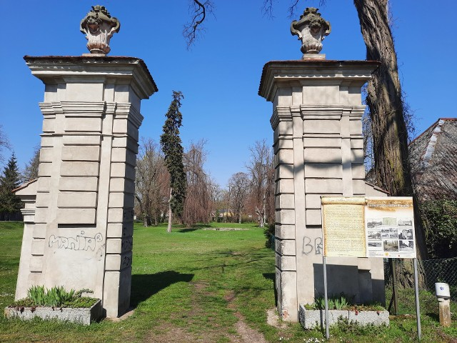 Niestety niewiele po pałacu i parku krajobrazowym pozostało