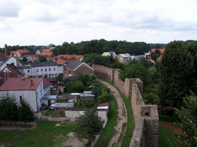 Średniowieczne mury obronne w Strzelcach są jednym z ważniejszych zabytków miasta.