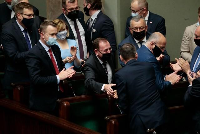 Burzliwe obrady ws. wniosków o wyrażenie nieufności dla trzech ministrów i wicemarszałka. Jak głosowali posłowie?