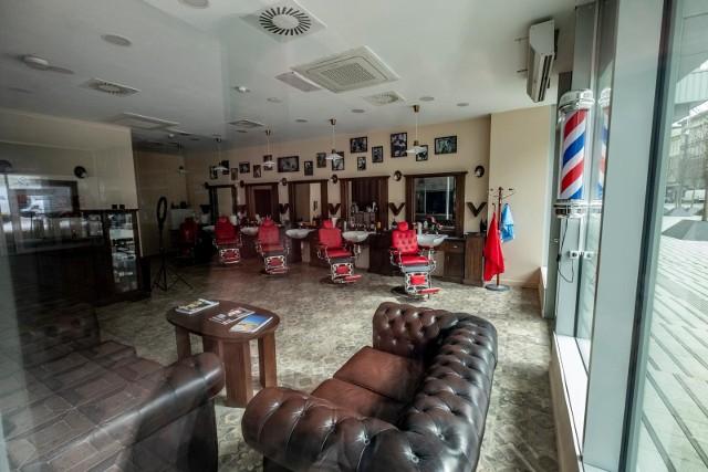 Zakłady fryzjerskie świecą dziś pustkami.