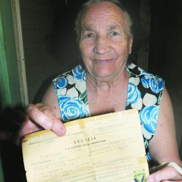 80-letnia Halina Święcka mieszka w zrujnowanej kamienicy przy ul. Dwornej 5 od ponad 30 lat. Staruszka aż trzęsie się ze złości, kiedy wspomina rozprawę eksmisyjną, wytoczoną jej przez nową właścicielkę domu.