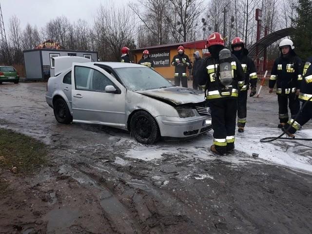 W sobotę, po godz. 11, w Dobrzyniewie Dużym doszło do pożaru. Na ul. Kościelnej zapalił się volkswagen bora.