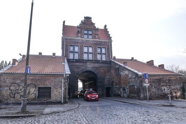 Brama Nizinna jest jedynym takim historycznym obiektem, przez który nadal odbywa się ruch kołowy