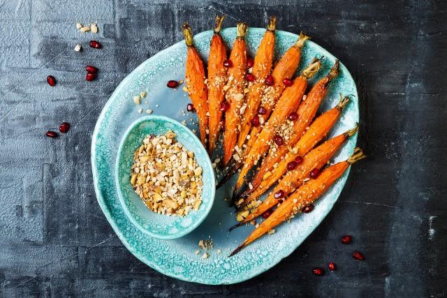 Warzywa w smacznym wydaniu: glazurowana marchewka z granatem i egipską mieszanką dukkah z prażonego sezamu, orzechów laskowych i migdałów z solą i przyprawami korzennymi