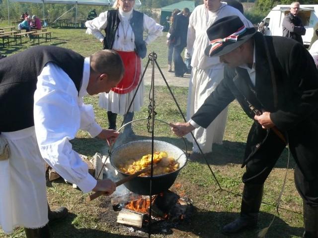 Zaprzyjaźnieni z Radomyślem nad Sanem Węgrzy z Kistarcsa ugotowali na ogniu smakowity kociołek z ziemniakami, boczkiem, pomidorami. Smakował wybornie na świeżym powietrzu.
