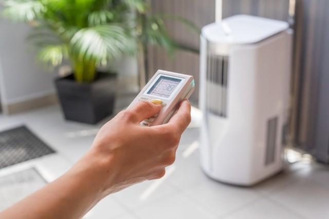 Klimatyzatory przenośne służą nie tylko do chłodzenia – mogą również ogrzewać, oczyszczać i nawilżać powietrze w mieszkaniu.