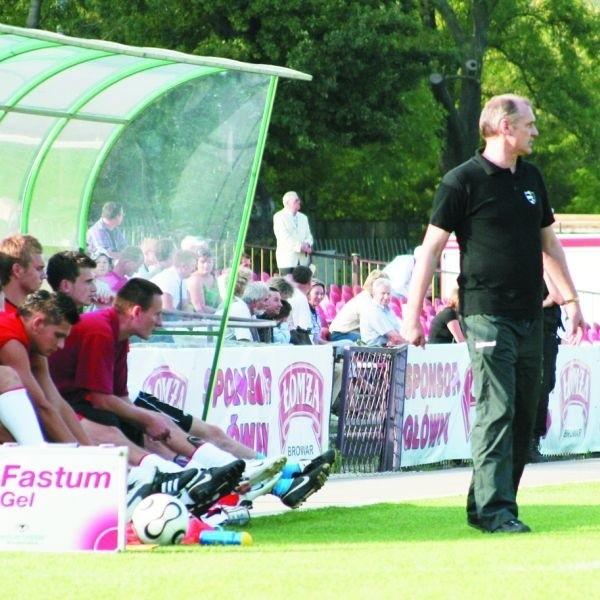 Trener Czesław Jakołcewicz (z prawej) po raz kolejny odwrócił się plecami od łomżyńskich piłkarzy