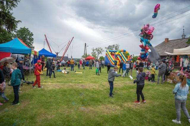 W ostatnią niedzielę, 30 maja, przy Miejsko-Gminnym Ośrodku Kultury w Solcu nad Wisłą zorganizowana została impreza z okazji Dnia Dziecka.Wydarzenie zainaugurowały rozgrywki piłki nożnej i siatkowej. W obu kategoriach zwycięskie okazały się drużyny z Publicznej Szkoły Podstawowej w Pawłowicach.Organizatorami Gminnego Dnia Dziecka byli Burmistrz Miasta i Gminy wraz z Radnymi Rady Miejskiej w Solcu nad Wisłą. Wśród bezpłatnych atrakcji, które zapewnili organizatorzy były dmuchańce, trampoliny, a także konkursy z nagrodami. Po wspaniałej zabawie, dzieci mogły posilić się kiełbaską z grilla, a na deser zjeść watę cukrową czy popcorn. Niepowtarzalna atmosfera, wspaniała zabawa oraz wspólnie spędzony czas sprawiły, że ten wyjątkowy dzień był pełen radości i uśmiechu, a imprezę należy zaliczyć do bardzo udanych.