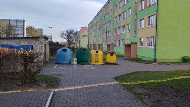 W Chełmnie na osiedlu Kopernika między blokiem 8 i 9 stoją dzwony m.in. do szkoła i makulatury