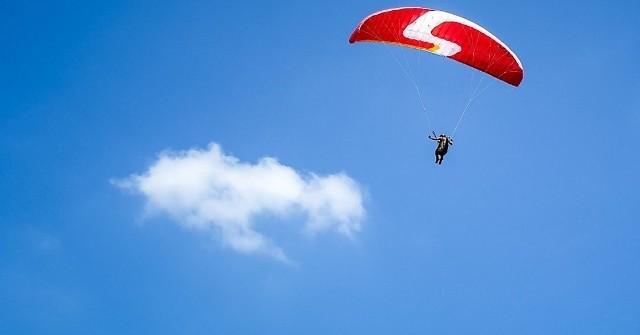 Zginął 47-letni skoczek spadochronowy.
