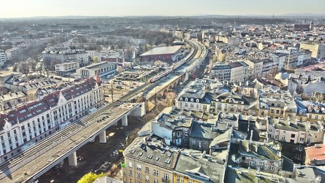 W centrum Krakowa trwa układanie nowych torów kolejowych na estakadach, które powstały w miejscu nasypu ziemnego. Przejdź do kolejnych zdjęć i zobacz, jakie prace toczą się w innych rejonach miasta.