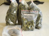 Kluczborscy policjanci zatrzymali ośmiu mężczyzn związanych z przestępczością narkotykową. Jeden z nich miał dwa pistolety