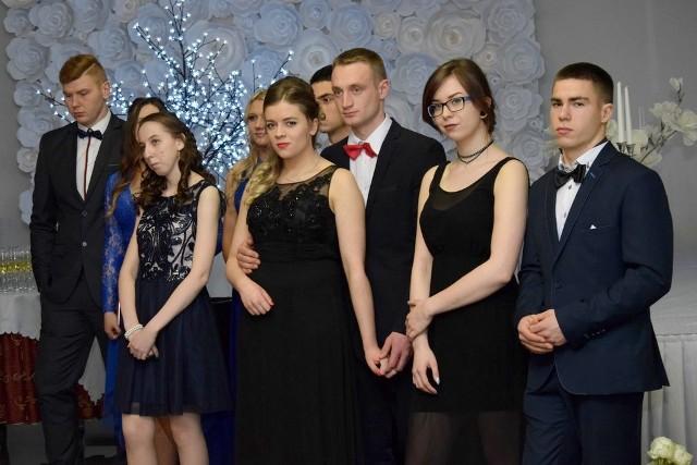 """W sobotni wieczór poloneza zatańczyły cztery klasy tegorocznych maturzystów z placówki przy ulicy Dworcowej w Chojnicach. Podczas podzielonego na dwie części tańca abiturienci z gracją prezentowali galowe stroje. >> Najświeższe informacje z regionu, zdjęcia, wideo tylko na www.pomorska.pl <<Za poświęcenie oraz morze zdobytej wiedzy uczniowie podziękowali także swoim wychowawcom. Sobie z kolei winszowali pomyślności podczas odbywającej się już za niespełna 100 dni matury.<center>Info z Polski - przegląd najciekawszych informacji z kraju [25.01.2018][xlink]e4954e7e-4ccd-90dc-39ca-f8e321556d0c,0fb59293-57f8-5403-8260-ff13040f5755[/xlink]<a href=""""http://www.rekrutacja.ukw.edu.pl/""""><img src=""""http://pliki.serwisyregionalne.pl/ckie/pliki_emisyjne/Partner serwu studniówkowego.jpg"""" alt=""""Partner studniówki w regionie"""" border=""""0"""" /></a></center>"""