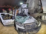 Gdynia: Naczepa ciężarówki przewróciła się na samochody osobowe. Jedna osoba poszkodowana [2.11.2020]