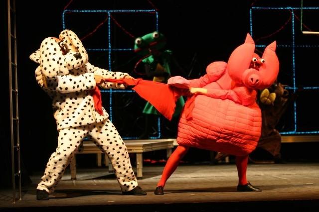 """Opole: Teatr Lalki i Aktora. Próba przedstawienia """"Zwierzeta doktora Dolittle"""" w rezyserii Jerzego Bielunasa. Premiera - 14 września 2008."""
