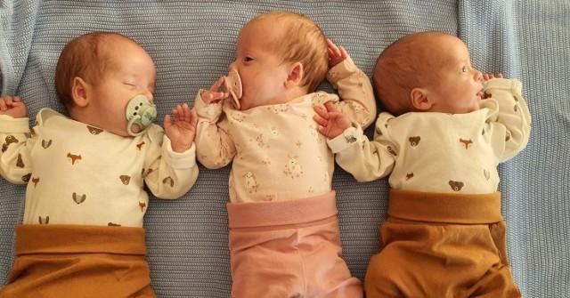 Zuzia, Miłosz i Jaś 11 urodzili się 11 września 2020 roku. Po kilku tygodniach pobytu w szpitalu wrócili do domu w Odonowie, gdzie opiekują się nimi rodzice oraz ośmioletni brat.