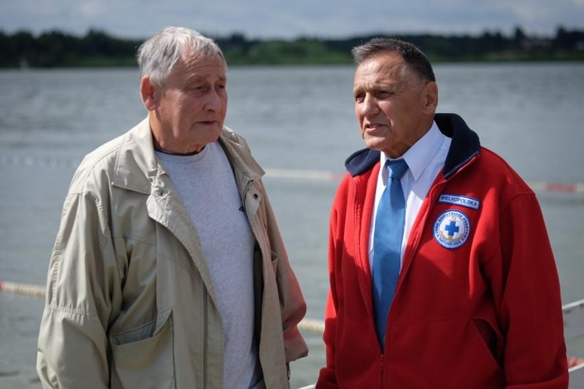 Od lewej: Zwycięzca pierwszego maratonu w Kiekrzu, Zdzisław Gacek i prezes WOPR Wielkopolska, Zbigniew Rister