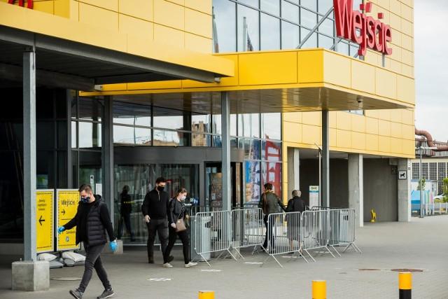 W sklepach Ikea, Castrorama i Black Red White można natknąć się na wiele promocji.W dalszej części galerii zobaczysz produkty, które można kupić w tych sklepach za mniej, niż 100 złotych >>>