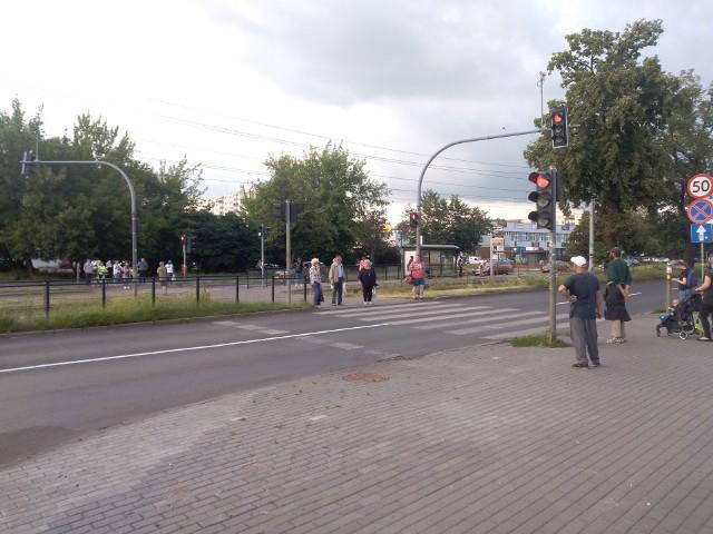 Przejście przez ul. Kościuszki można pokonać albo biegiem, albo na raty. Na zielone światło, które świeci się bardzo krótko, trzeba jednak długo czekać