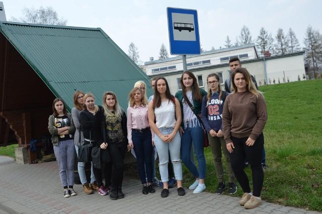 Sądeczanie uczący się w Nawojowej muszą ddatkowo dopłacić do miesięcznego biletu 40 zł,  by wysiąść na przystanku pod szkołą