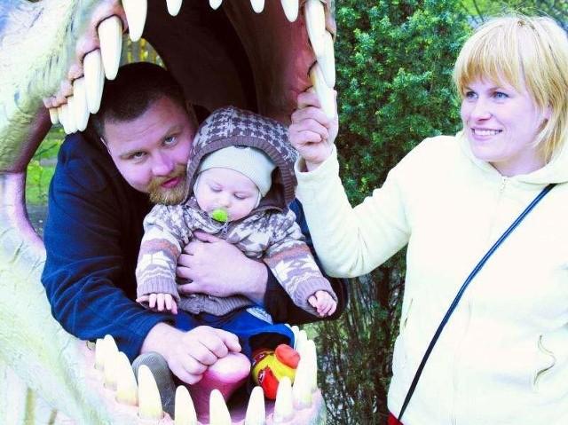 Mariusz Kimszal z synkiem Kubą i żoną Emilią chwalą pobyt w parku dinozaurów. - Szkoda tylko, że pogoda nie dopisała. Następnym razem przyjedziemy tu w wakacje i zrobimy ze znajomymi ognisko - zapowiada Emilia.