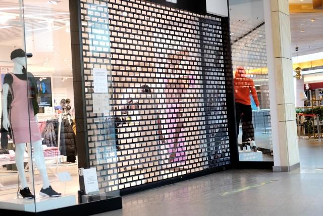 Lockdown w całej Polsce. Od 20 marca do 9 kwietnia minister zdrowia Adam Niedzielski ogłosił ogólnopolski lockdown.Galerie handlowe w całym kraju zostaną zamknięte od 20 marca do 9 kwietnia 2021 roku. W galeriach handlowych nie zostaną jednak zamknięte wszystkie sklepy. Które sklepy pozostaną otwarte? Zobacz w naszej galerii >>>>>