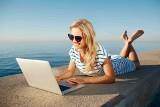 Smartfon i laptop na wakacjach: oto jak unikniesz sztuczek cyberprzestępców