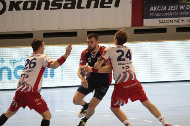 Przemysław Zadura (z piłką) i jego koledzy z Gwardii spróbują swoich sił na europejskiej arenie. Co ciekawe po wywalczeniu awansu do III rundy Pucharu EHF mogą trafić na Azoty Puławy.