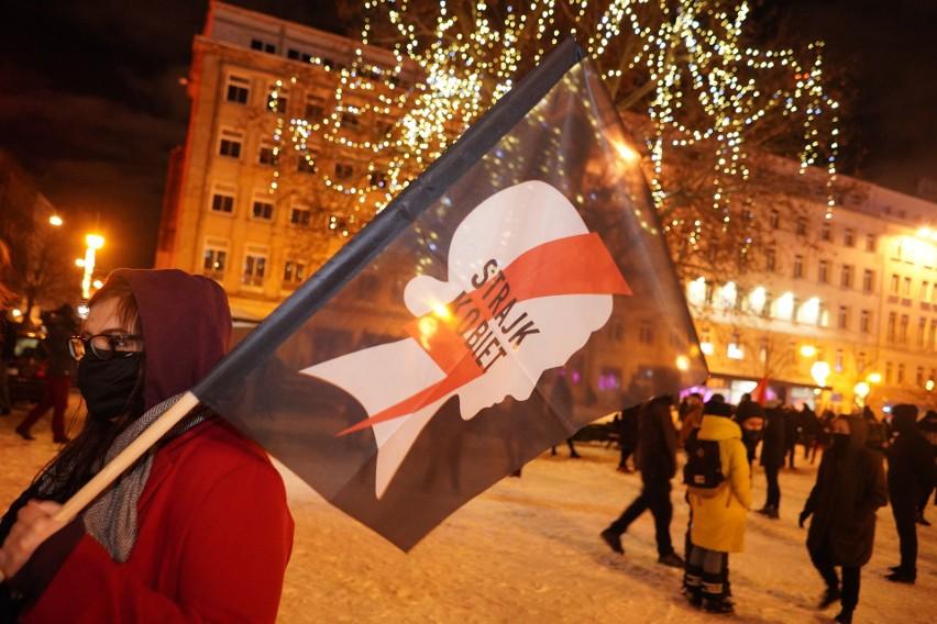 Kolejny raz kobiety wyszły protestować na ulicach Poznania....