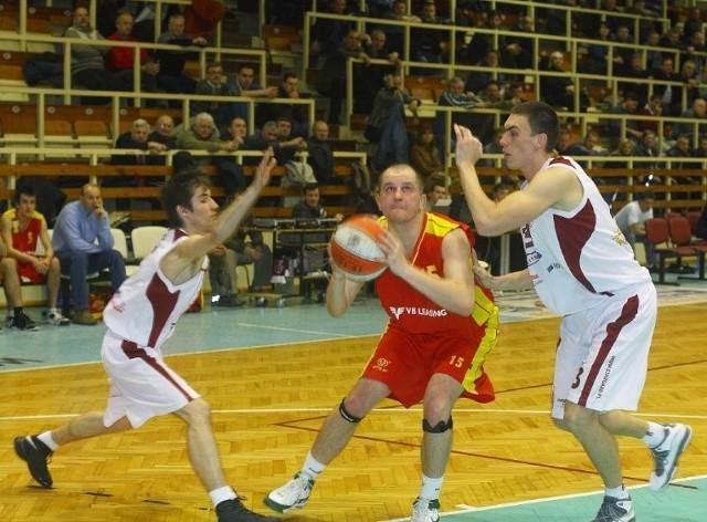 Koszykarze Spójni nikomu nie odpuszczają. Rywale mają kłopot ze znalezieniem pozycji do rzutu. Na zdjęciu Konrad Koziorowicz (z lewej) i Arkadiusz Soczewski powstrzymują gracza Siechnic.