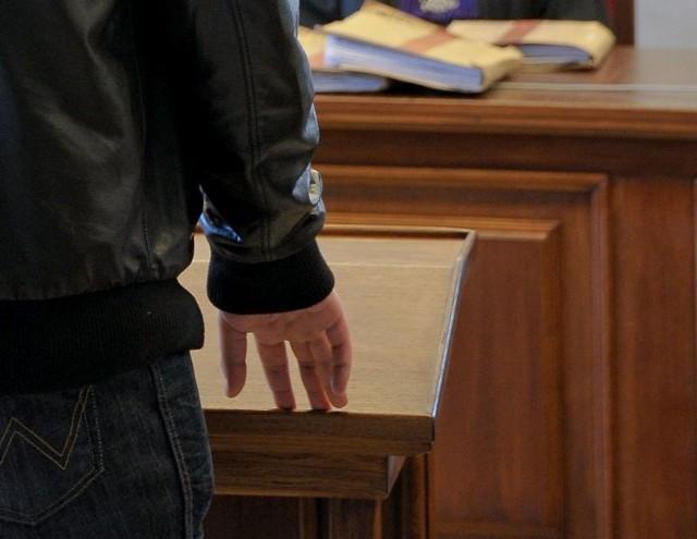 Prokuratura ustaliła, że Andrzej P., krążąc między półkami, wyjął z lodówki paczkę boczku i ukrył ją w kieszeni spodni.