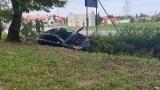 Samochód osobowy w rowie - wypadek na ulicy Kolumny